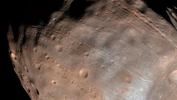 Naukowcy prawdopodobnie wiedzą, w jaki sposób powstały rowki na Fobosie