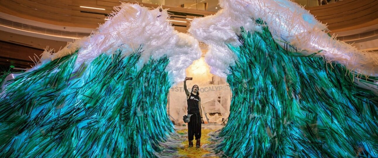 Surrealistyczna wystawa słomkoapokalipsy ukazuje poważny problem
