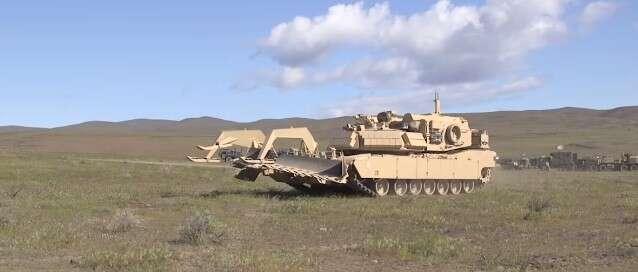 Ten bezzałogowy czołg M1 Abrams nie robi sobie wiele z wrogiej linii obrony