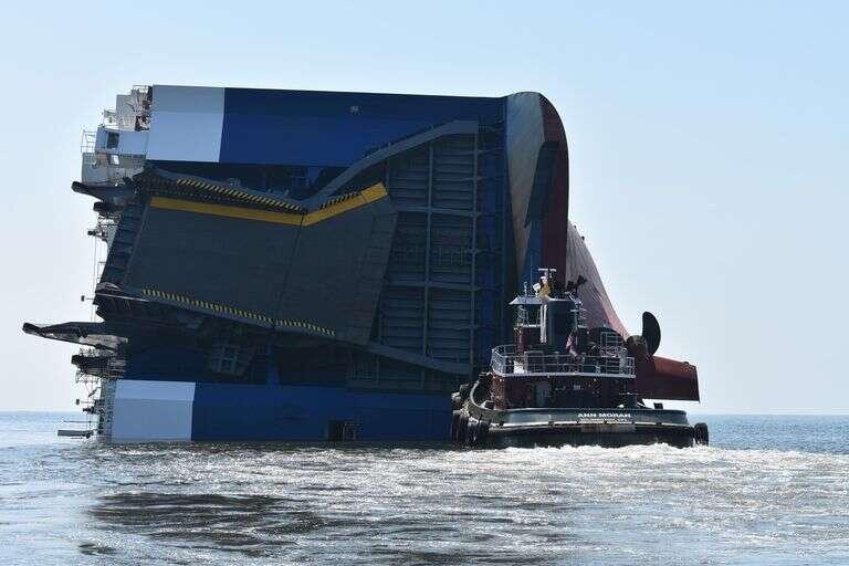 Statek towarowy zaczął tonąć z tysiącami samochodów na pokładzie