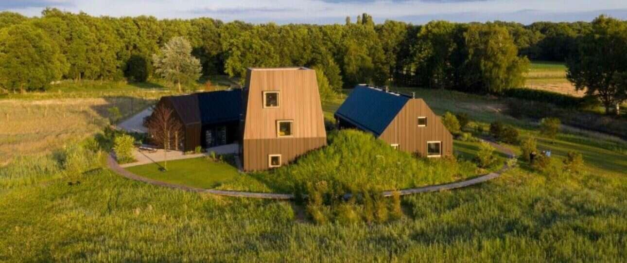 Tradycyjna holenderska stodoła zaklęta w nowoczesny domek przez firmę Mecanoo