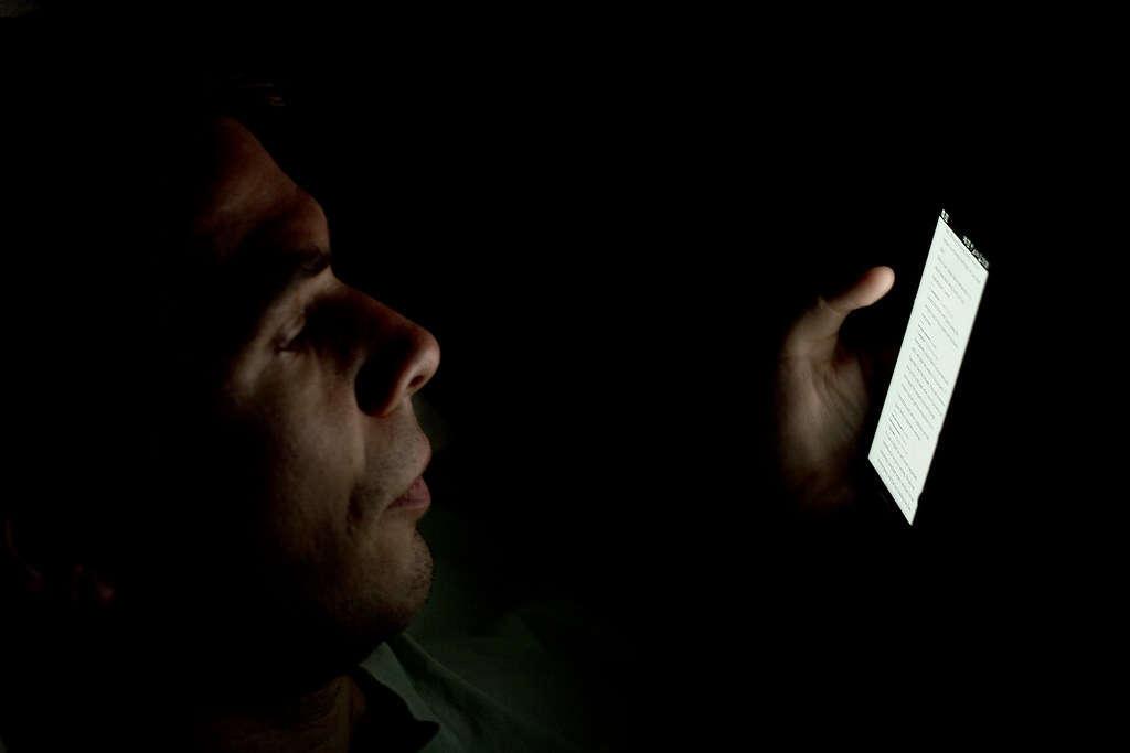 Nowe badanie światła niebieskiego sugeruje, że szkodzimy sobie trybami nocnymi