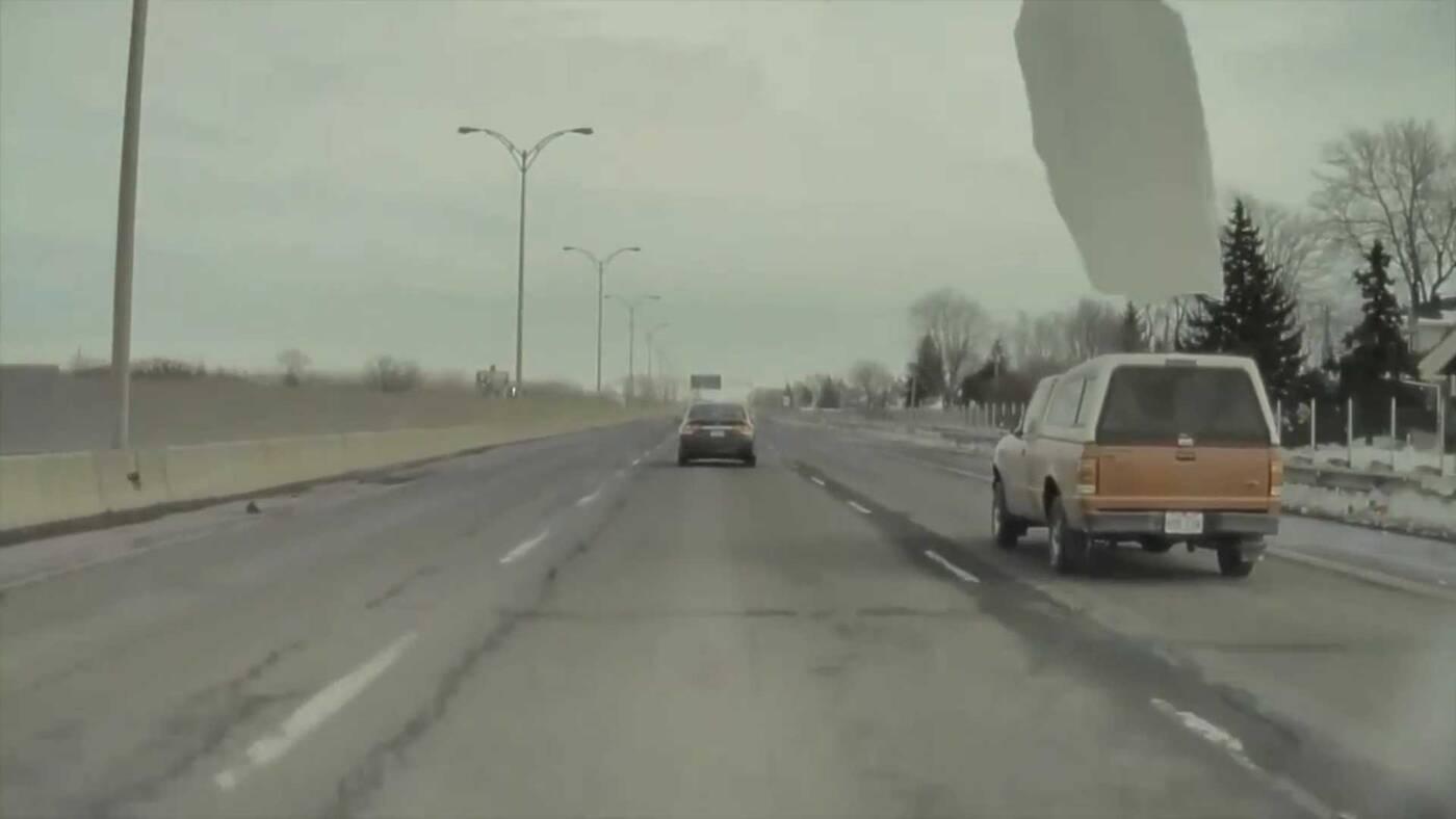 To nagranie przedstawia, dlaczego należy usuwać lód z samochodu