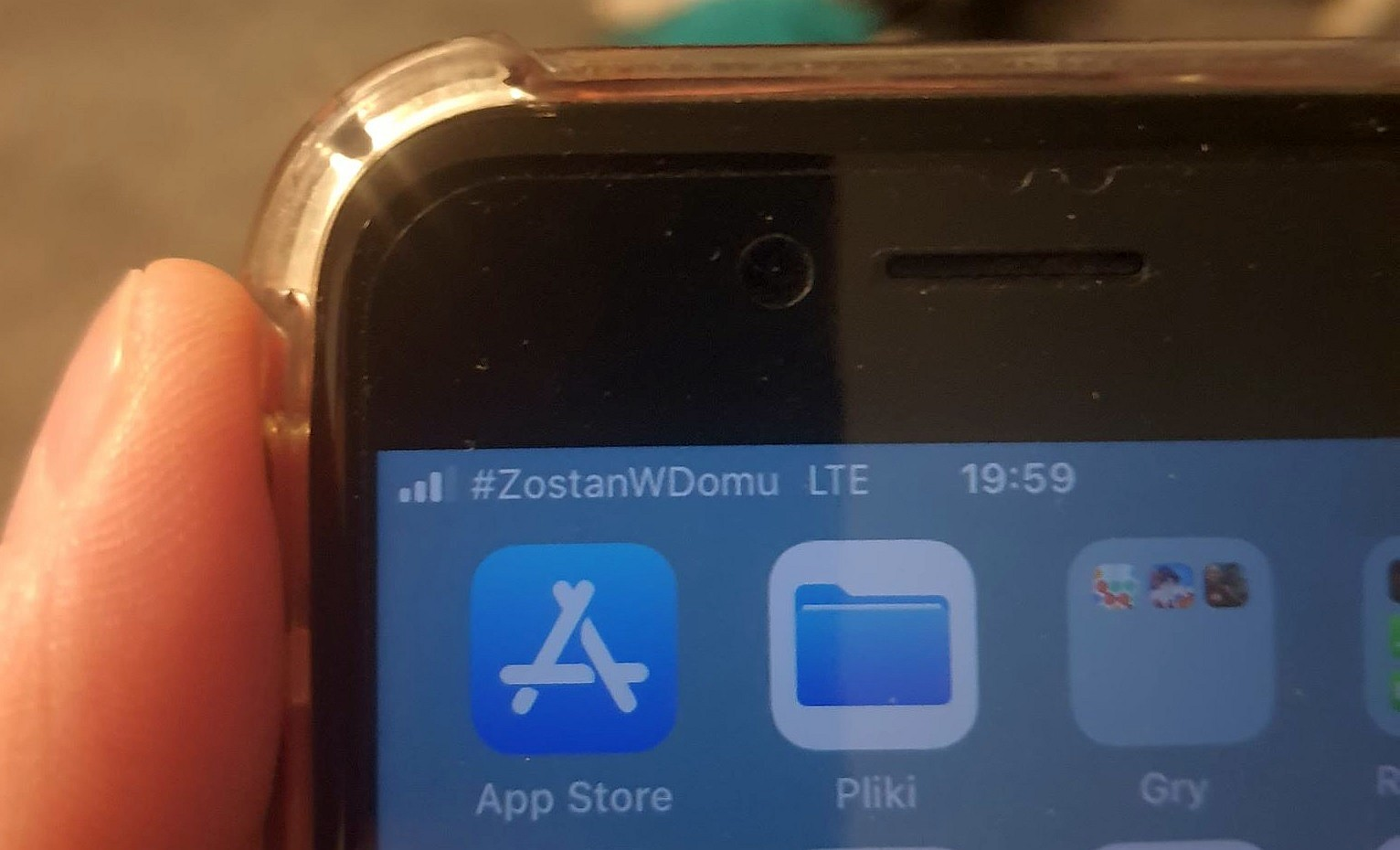 T-Mobile z ekranu telefonu informuje #ZostańWDomu