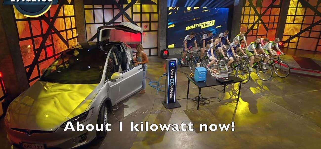 Czy dziewięć rowerów naładuje Model X Tesli?