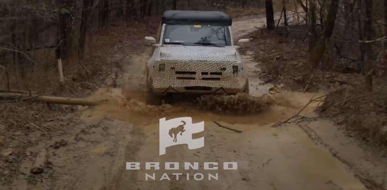 Pokaz terenowych możliwości zamaskowanego Forda Bronco 2021