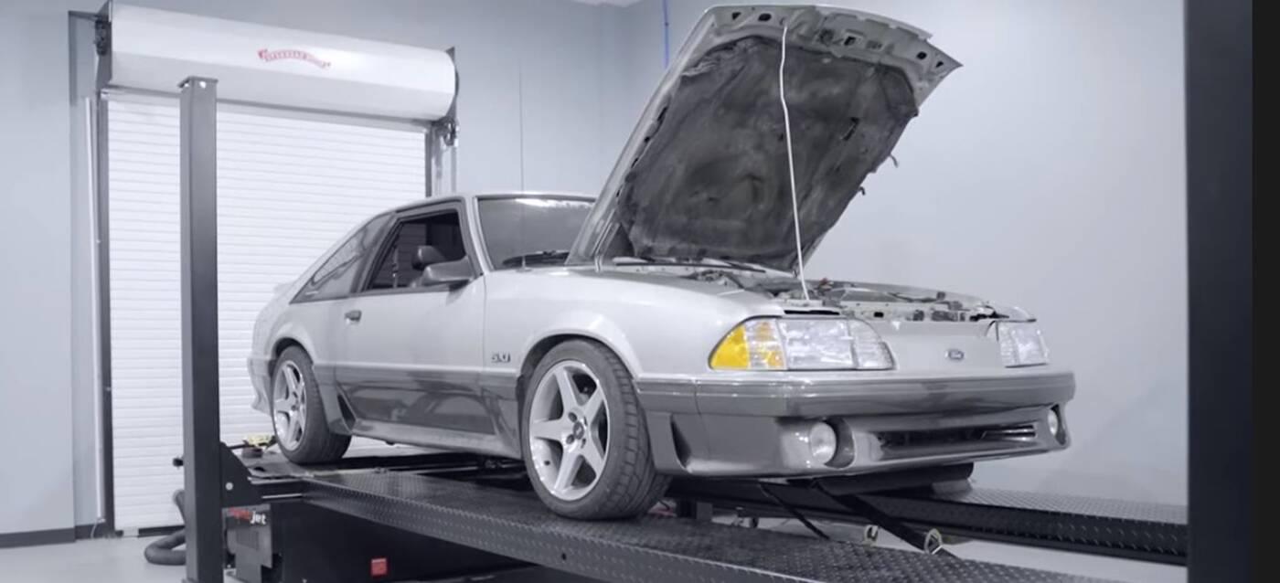 Czy ten 20-letni Mustang stracił wiele mocy po długim stażu na drogach?