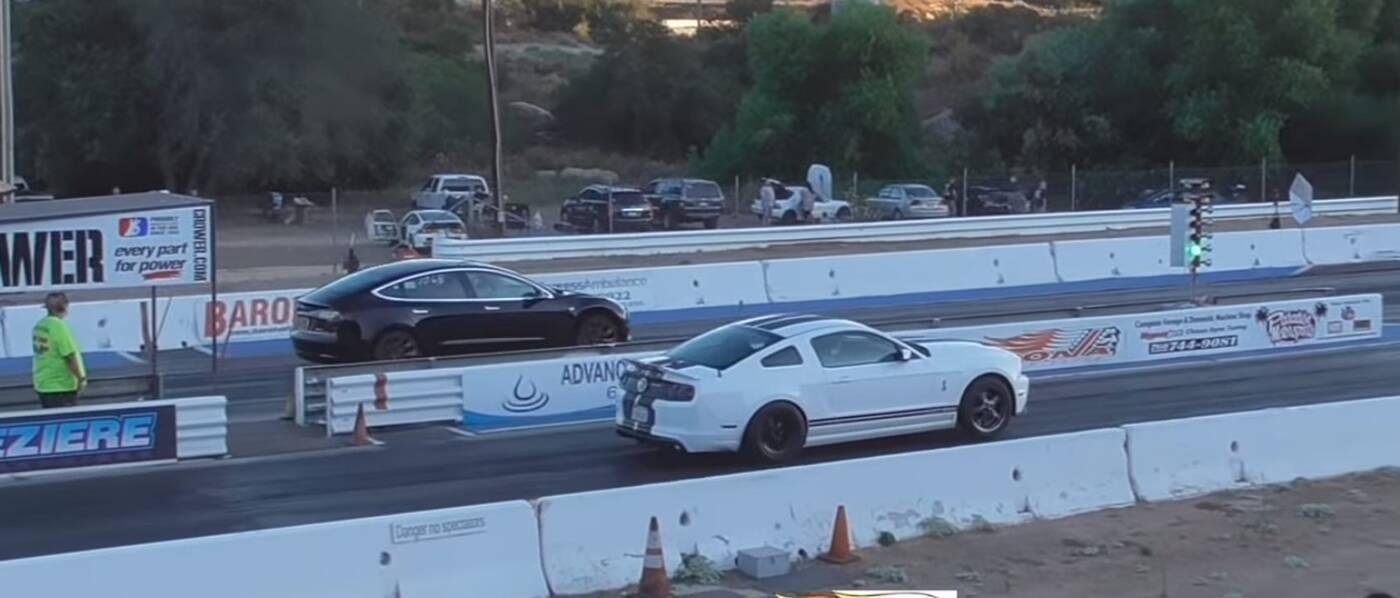 Obejrzyj jak Tesla Model 3 mierzy się z Mustangiem GT500 na prostej