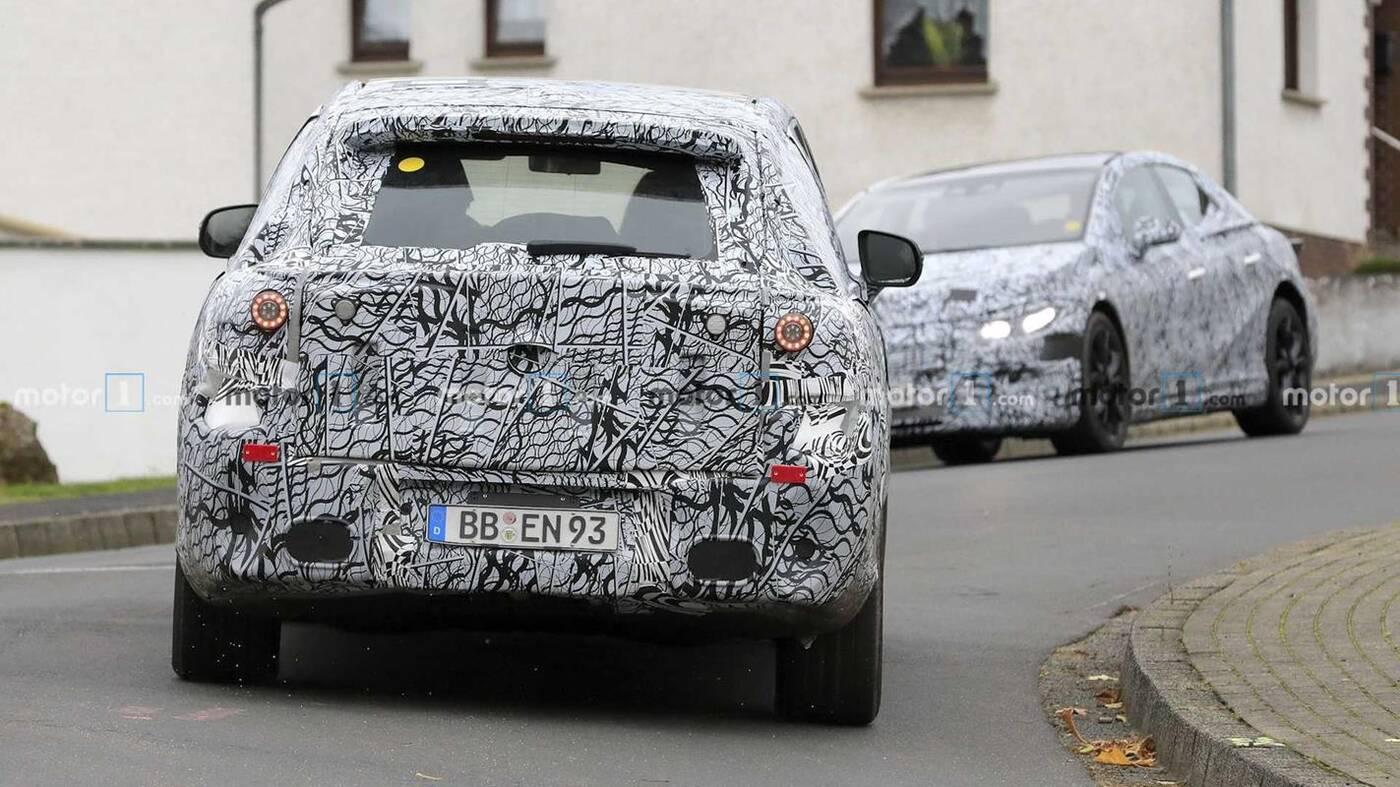 SUV Mercedes EQS zaczyna nabierać kształtów na nowych fotkach szpiegowskich