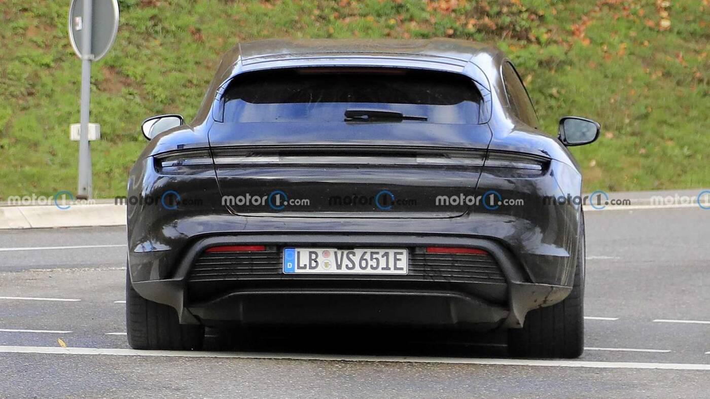 Elektryczne kombi Porsche Taycan wyszpiegowane z gładkim dachem