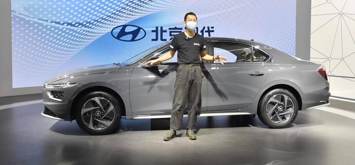 Hyundai Mistra 2021 w świetle reflektorów. Elektryczna wersja pewna