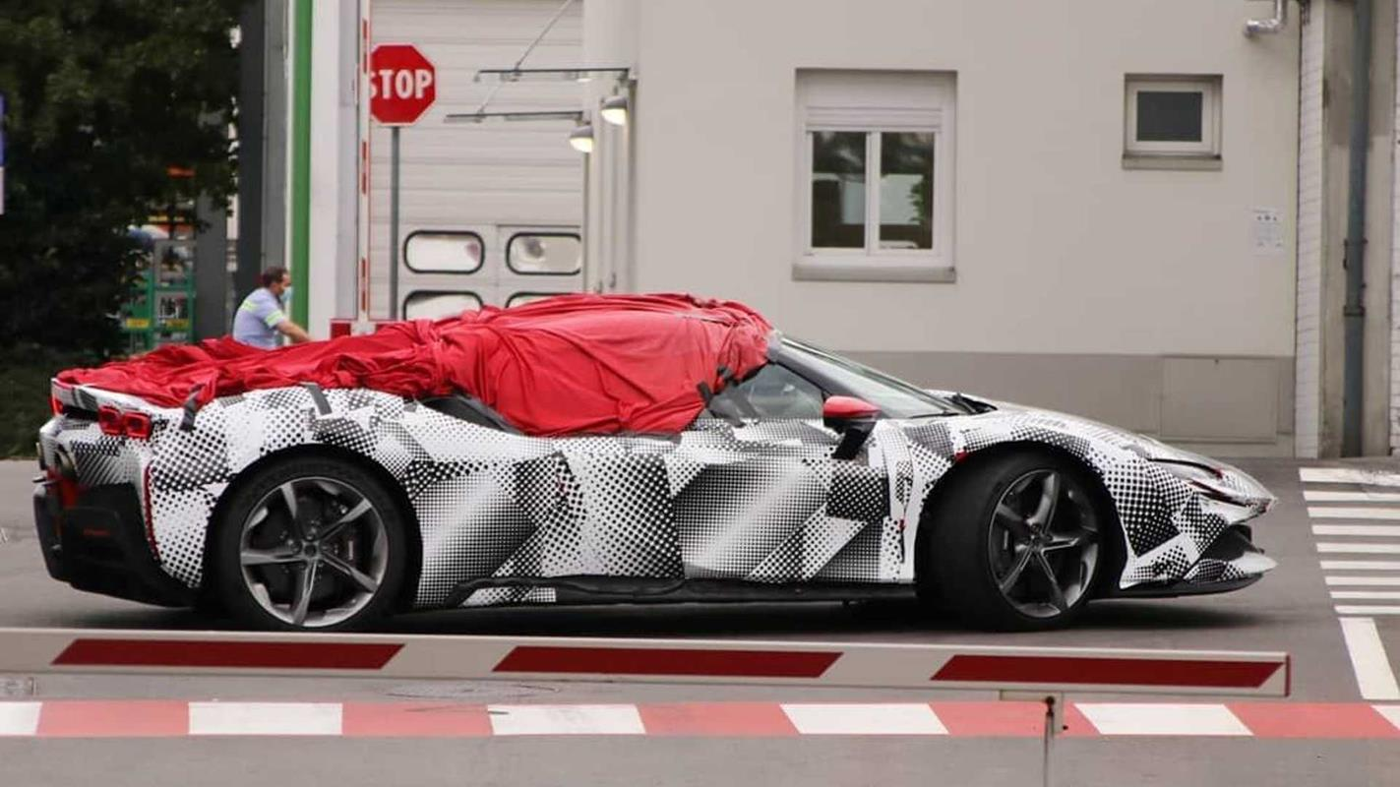 Zdjęcia Ferrari SF90 Stradale Spider przed premierą z czerwoną czapeczką