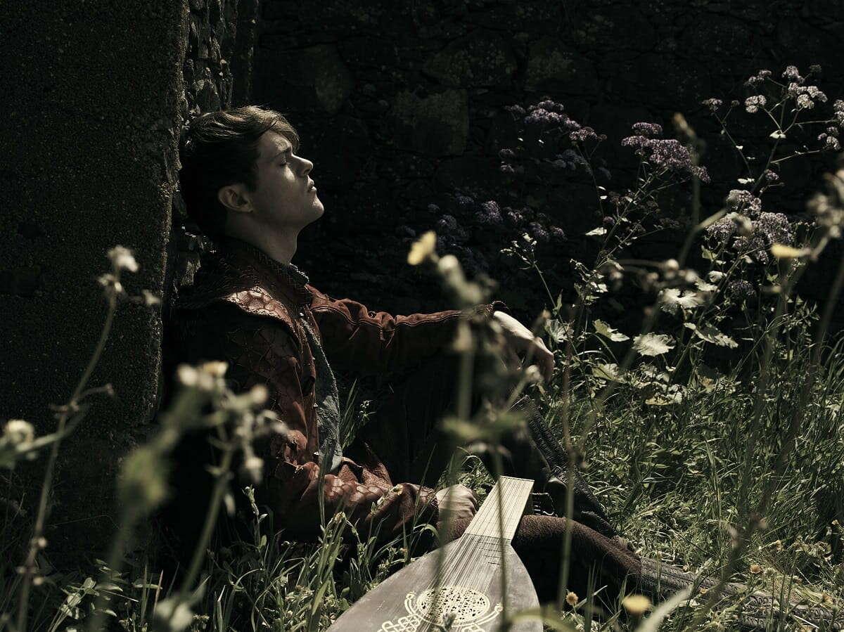 Joey Batey jako Jaskier, Wiedźmin, serial Wiedźmin, Wiedźmin 2 sezon, Netflix