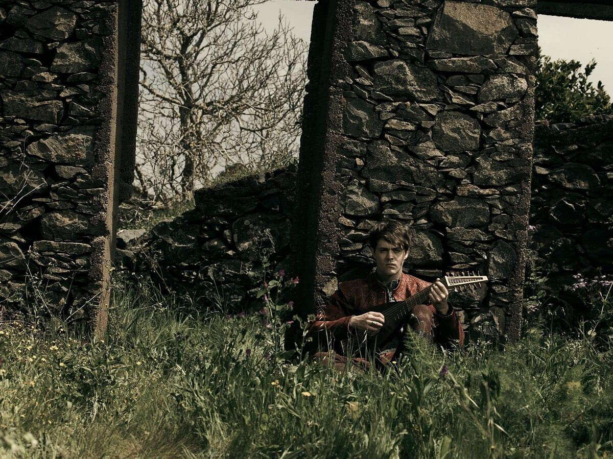 Joey Batey jako Jaskier na nowych fotkach z 2 sezonu Wiedźmina