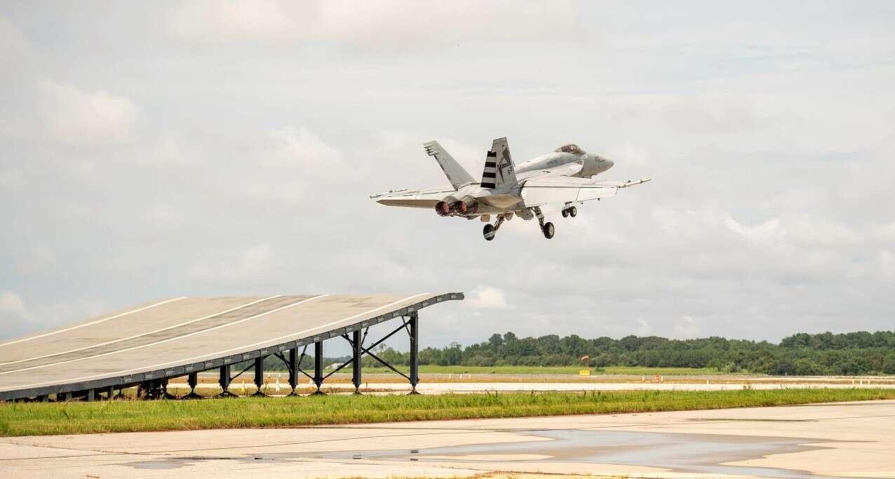 Myśliwiec F/A-18 Super Hornet zaliczył pierwszy start z rampy