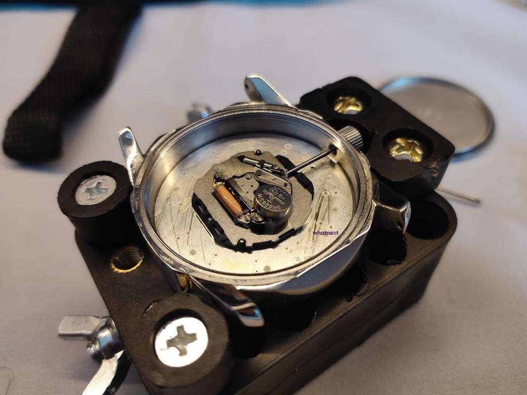 Jak wymienić baterię w zegarku? Przykład zakręcanego i wciskanego dekla