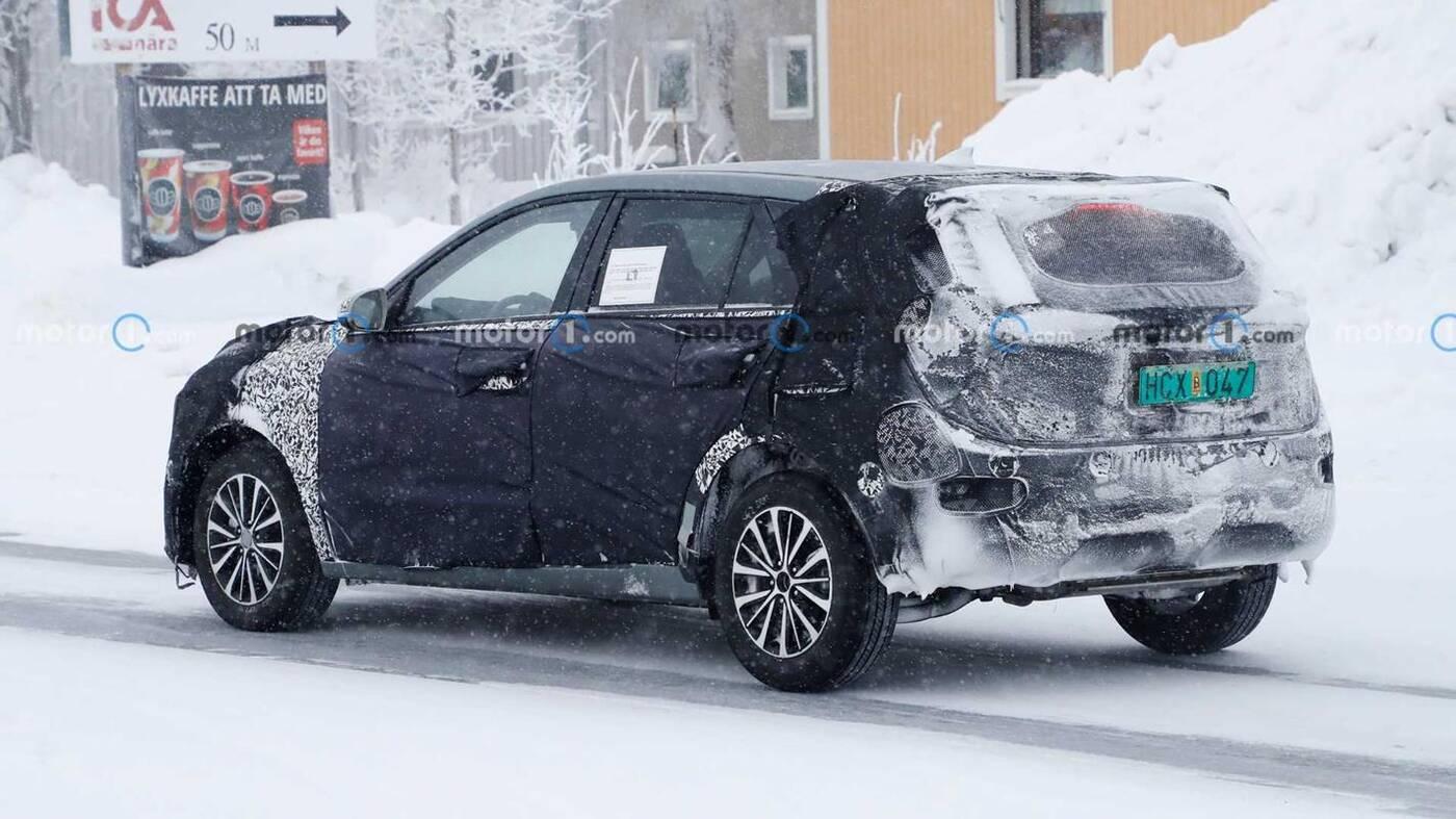Wyszpiegowano Kia Niro 2022 w ciężkim kamuflażu i towarzystwie śniegu