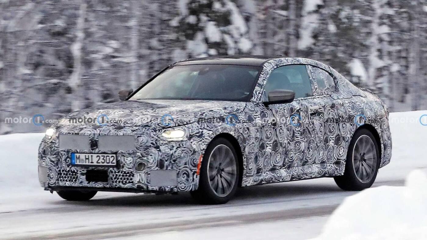 Zimowe testy BMW 2 Coupe 2022 M Performance w kamuflażu