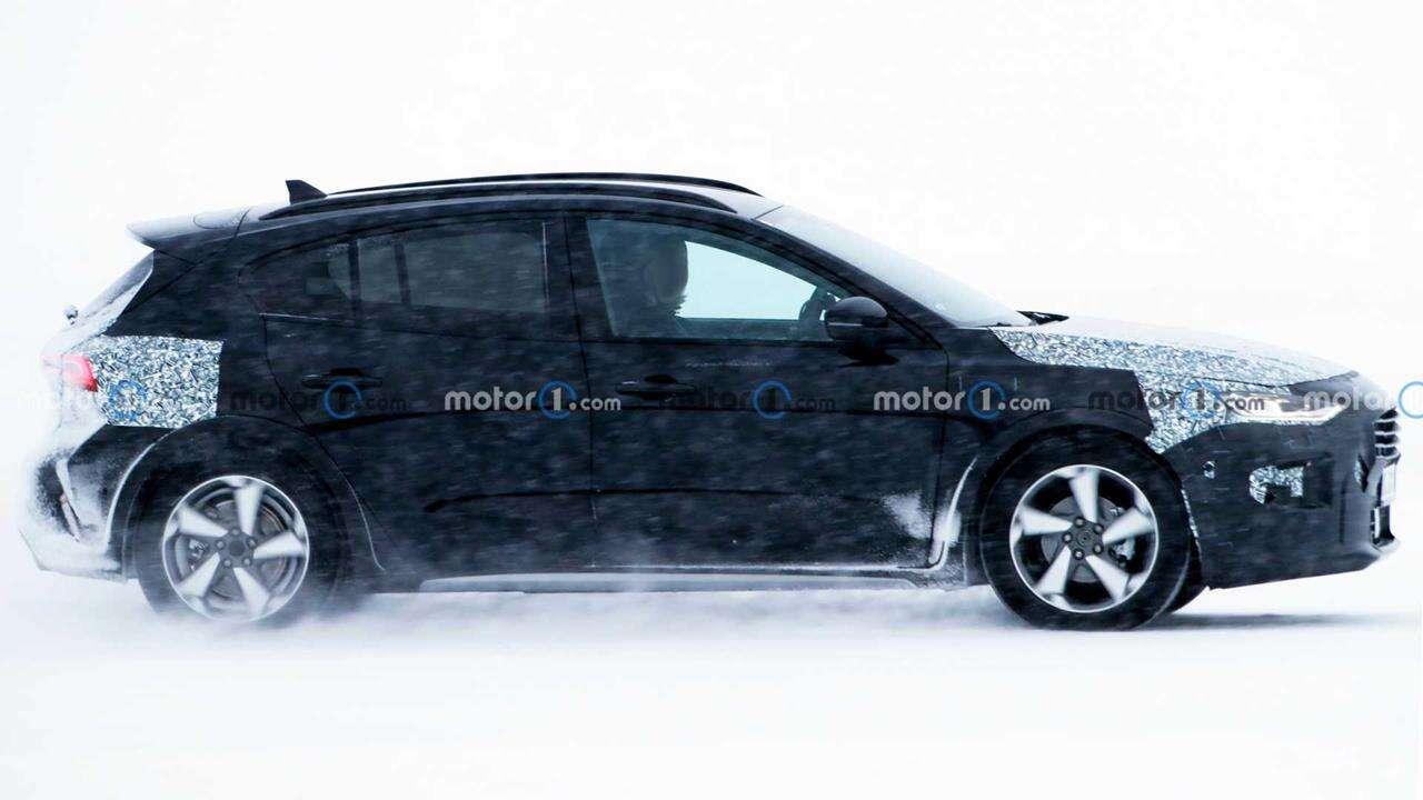 Hatchback Ford Focus 2023 wyszpiegowany w zimowych testach