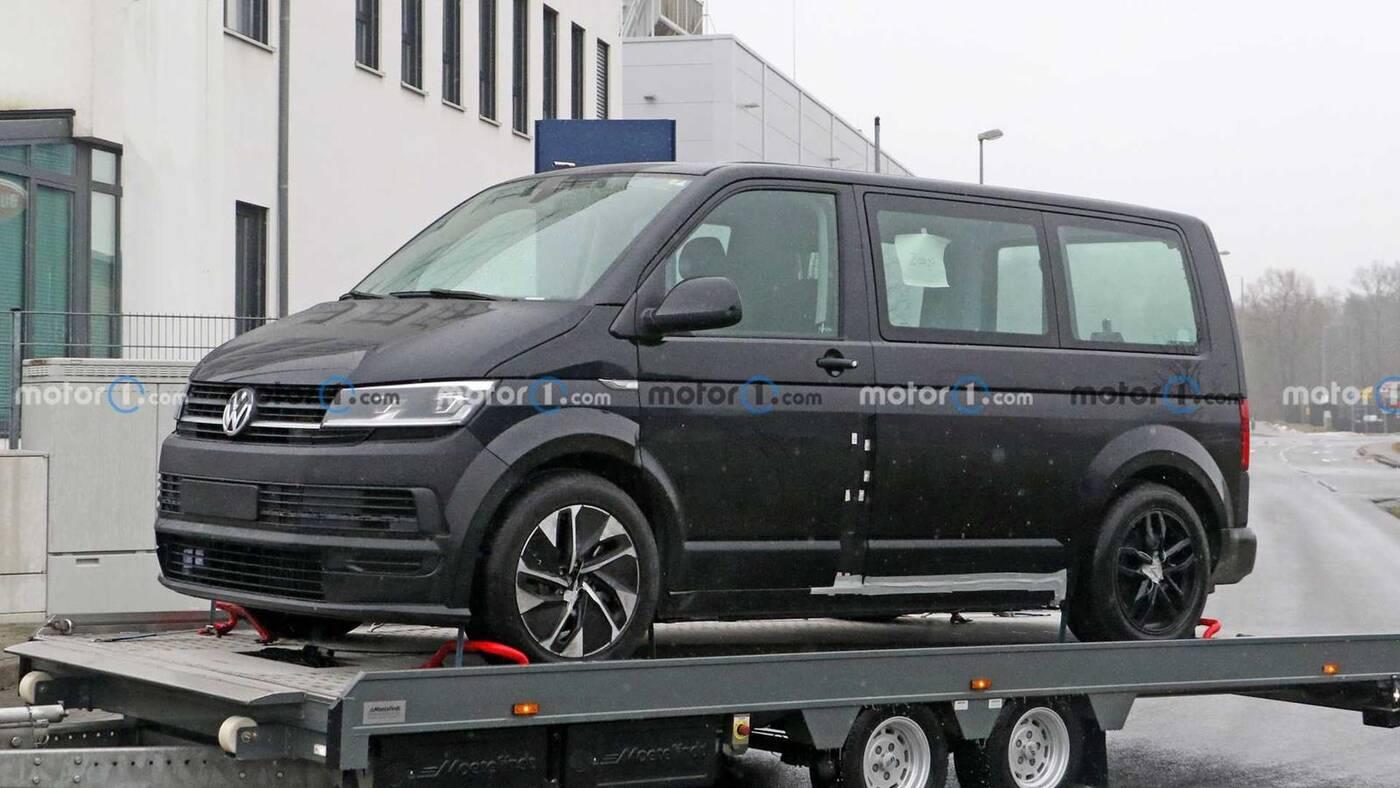 Muł testowy VW ID Buzz wyszpiegowany na przyczepie