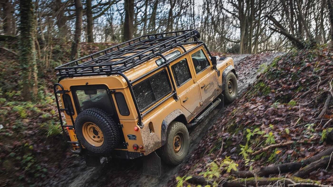 Podejrzyjcie specjalnego Land Rovera Defender Works V8 Trophy w akcji