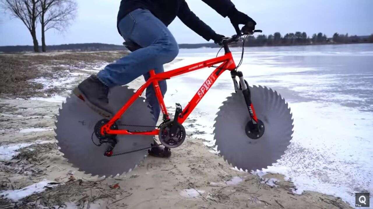 Ostrza piły zamiast kół, idealny rower na lód