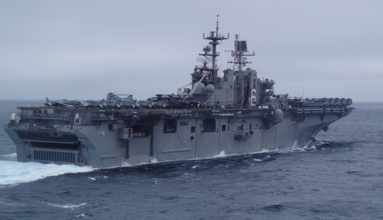 Rafa ze spalonego okrętu marynarki USA