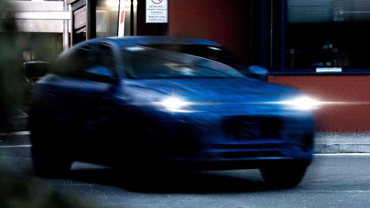 Świeży zwiastun Maserati Grecale w formie rozmytych zdjęć