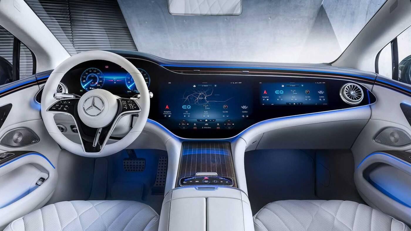 Spójrzcie na futurystyczne wnętrze Mercedesa EQS 2022 na oficjalnych zdjęciach
