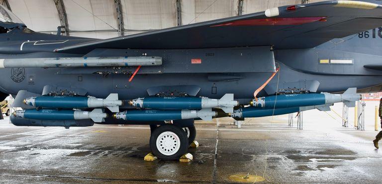 Myśliwiec F-15E dostał nową robotę. Teraz bawi się w transport