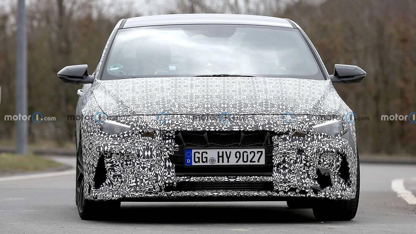 Zdjęcia Hyundai Elantra N. Model ukrywa sportowe ulepszenia pod kamuflażem
