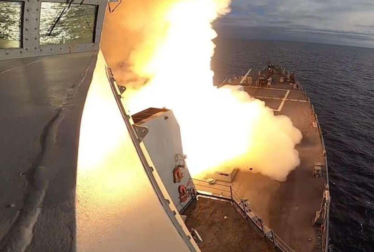 Współpraca niszczyciela z dronami zakończona rekordowym sukcesem