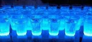 Domowej roboty woda świecąca w ciemności