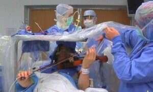Skrzypek grał podczas operacji mózgu