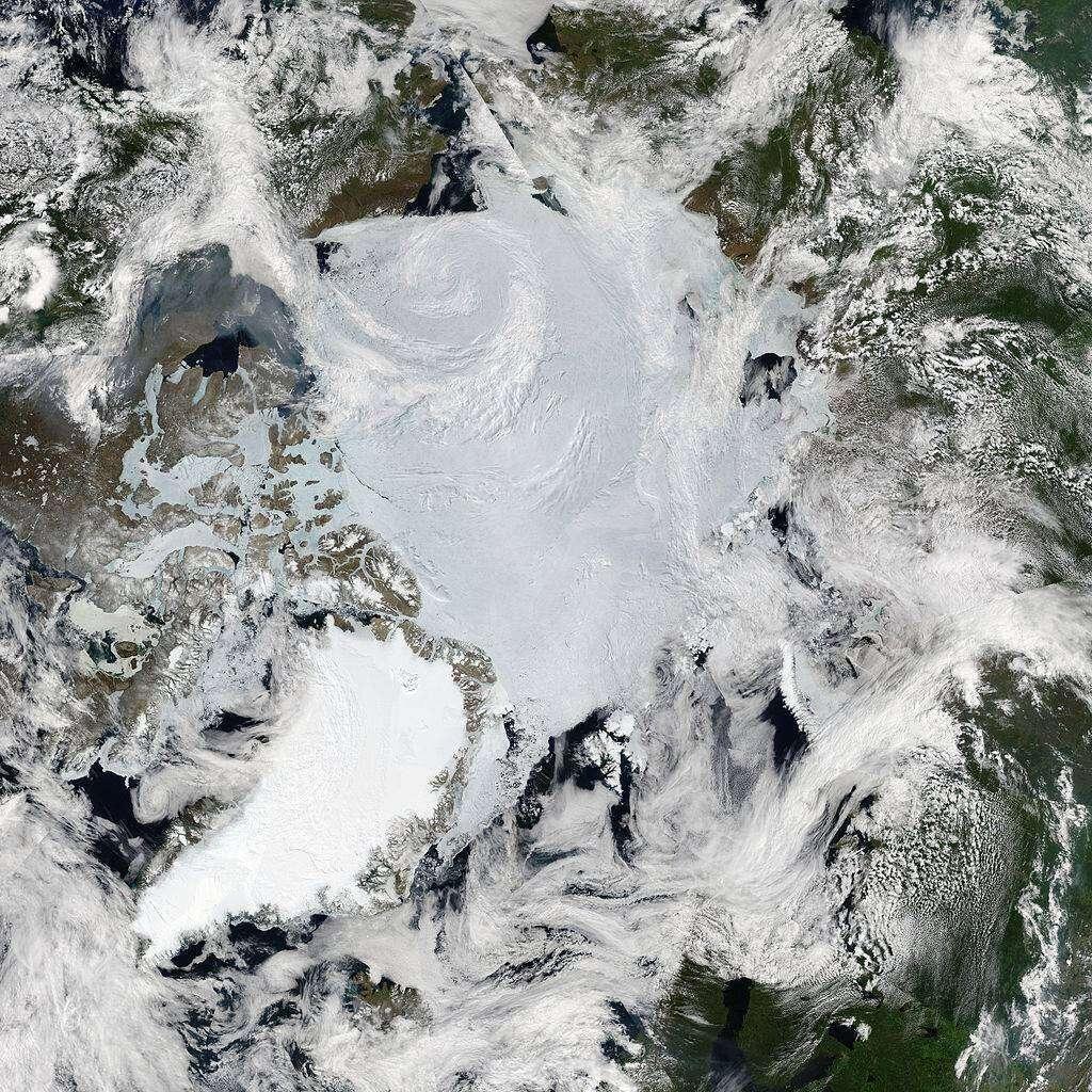 """Biliony małych, plastikowych elementów """"zamieszkują"""" arktyczny lód"""