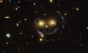 To autentyczne zdjęcie gromady galaktyk zaginających czasoprzestrzeń