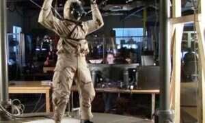 Roboty Petman i Atlas prężą muskuły w rytm soundtracku z filmu Scarface