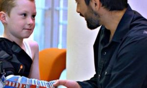 Niesamowicie tania, inteligentna proteza wydrukowana w 3D