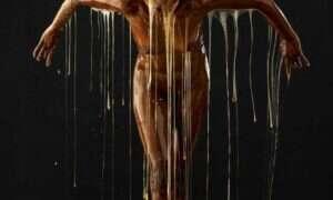Artystyczne zdjęcia ludzi oblanych miodem
