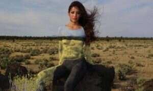 Nagie modelki ukryte na tle pięknego krajobrazu