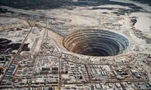 Eksperyment wizualny: Jak bardzo trzeba rozryć ziemię, żeby wydobyć z niej diament?