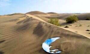 Artystka przy pomocy luster kreuje instalacje artystyczne na irańskiej pustyni