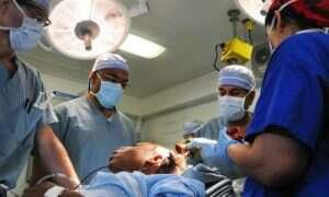 """Mężczyzna grający """"Yesterday"""" The Beatles podczas operacji mózgu"""