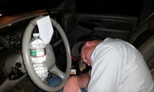 """Piłeś? Nie jedź! Anonimowy """"Rycerz"""" pomaga pijanemu do nieprzytomności kierowcy"""