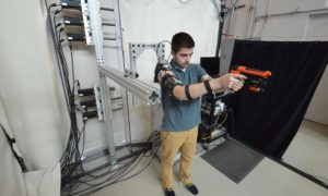 Prototypowy egzoszkielet pomaga żołnierzom strzelać