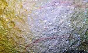 """Nowe odkrycie NASA: """"Graffiti"""" na księżycu Saturna"""
