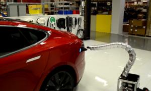 Mechaniczny wąż, czyli automatyczna ładowarka samochodowa do Tesla Model S