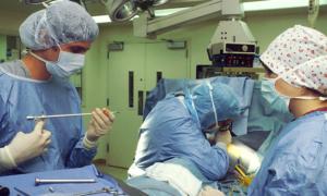 Słuchanie muzyki podczas operacji poprawia pracę chirurgów