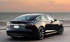 Tesla Model S sam zaparkuje lub podjedzie do kierowcy