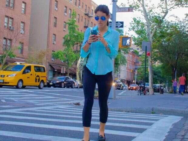 using-smartphone-facebook-while-walking